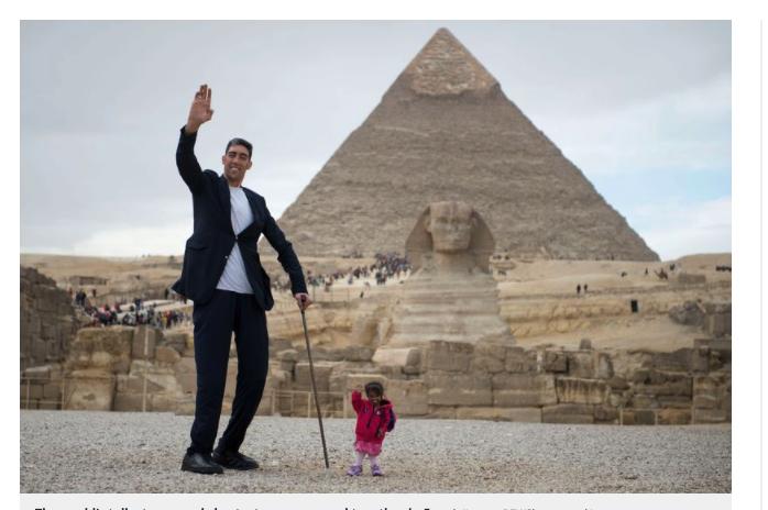 世界一身長差のある男女がピラミッド前でばったり
