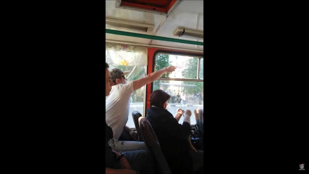 バス車内で無言の戦い
