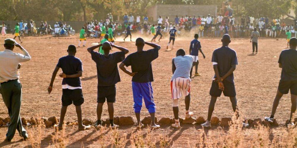 悪質詐欺でアフリカのサッカー少年を人身売買