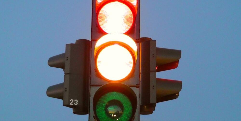 海外の怖い話「赤信号の女」