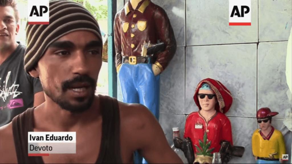 ギャングに幸せを祈るベネズエラの人々