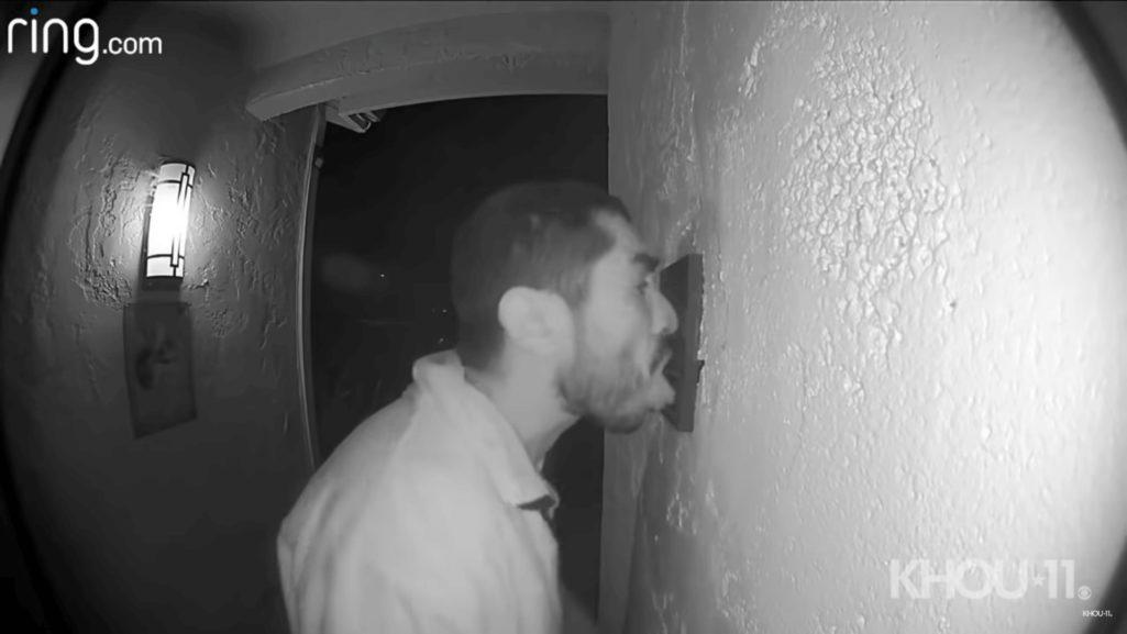 変態男が民家の呼び鈴を舐め続ける事件発生