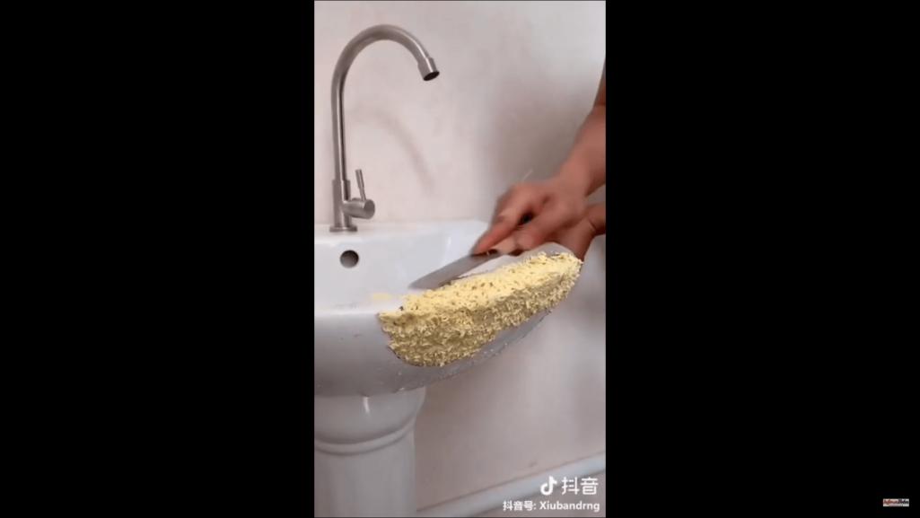 壊れた家具を食品でDIY修理する中国人