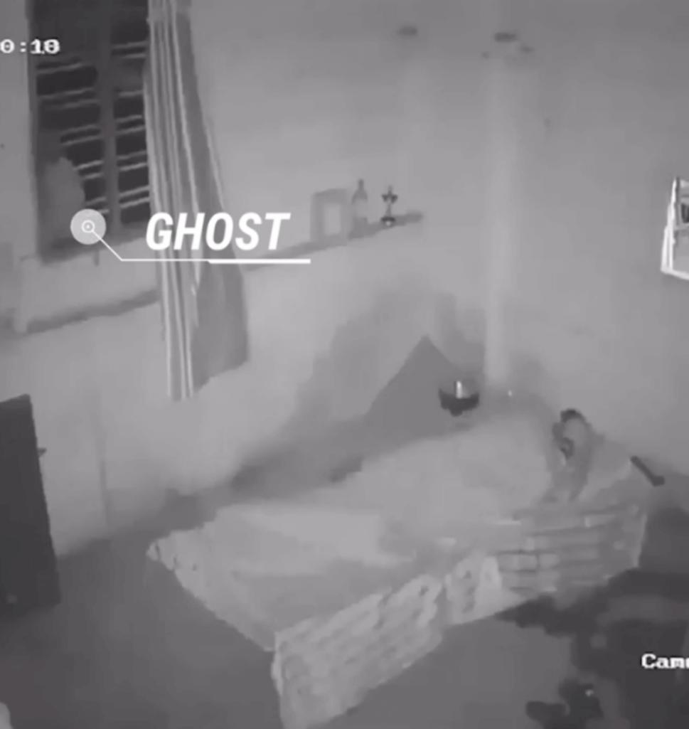 部屋を覗き込む黒髪幽霊の心霊動画