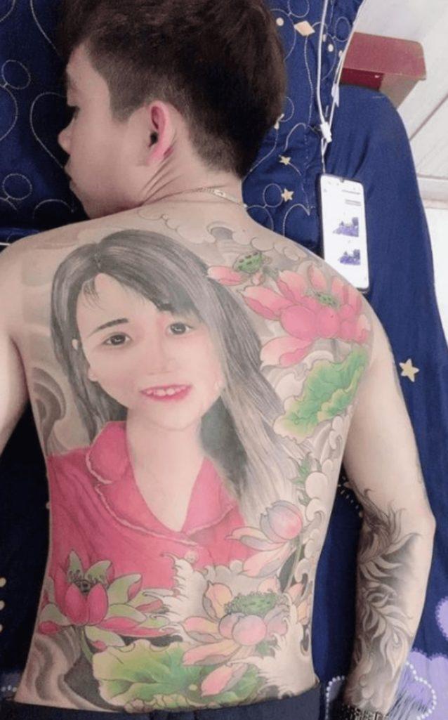 背中一面に彼女の顔面を入れ墨した男