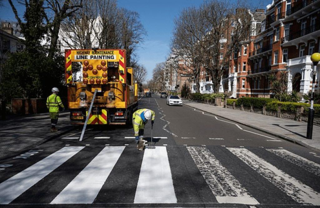 外出禁止のロンドンで世界一有名な横断歩道の塗替え作業