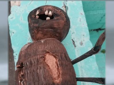 人間の歯が埋め込まれた呪いの人形