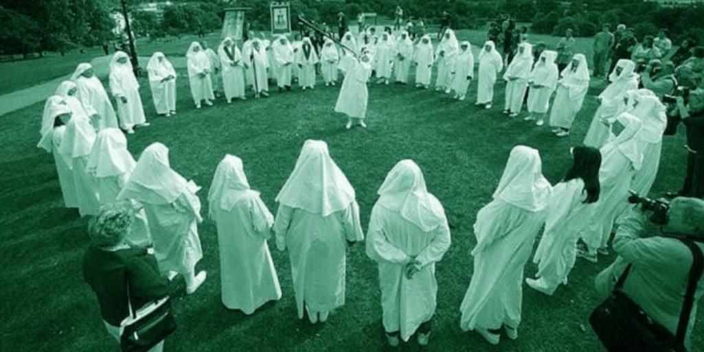 怖い話「妹の失踪とカルト教団の集団自殺」