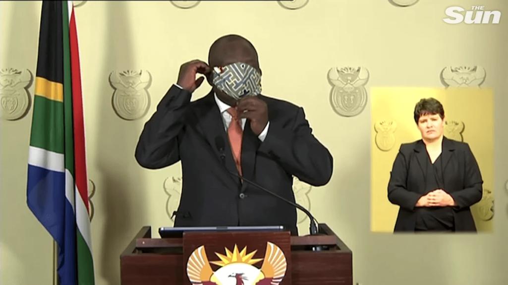 南アフリカの大統領はマスク付けるの下手くそだった