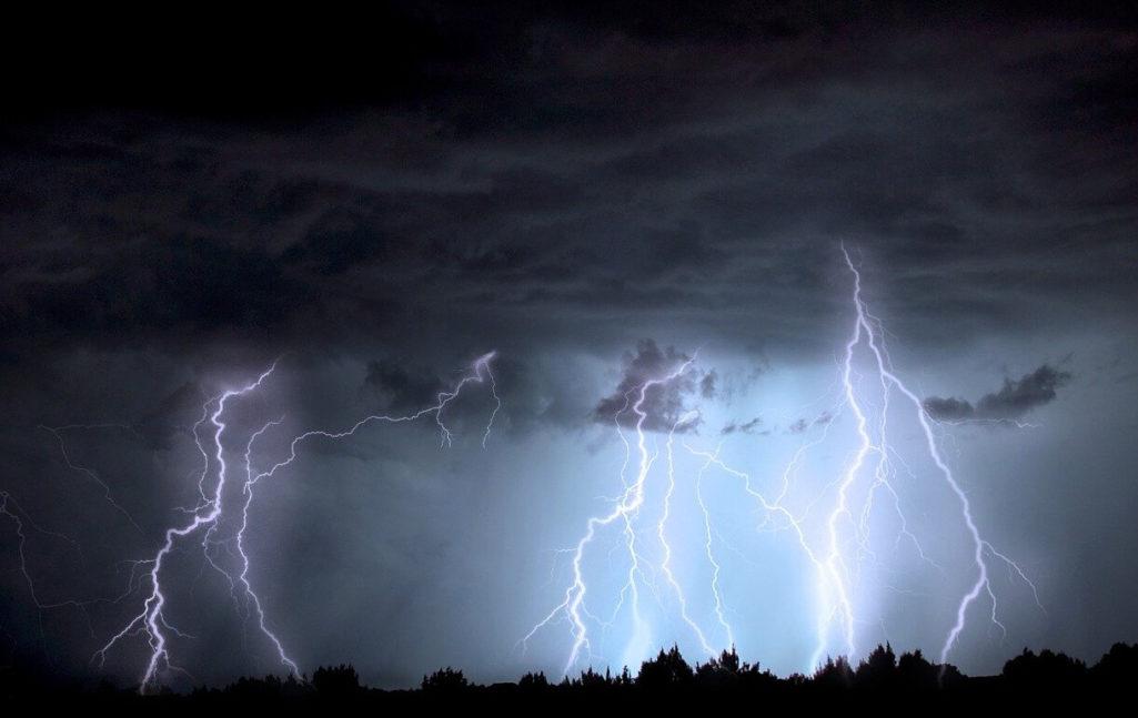 雷直撃の瞬間