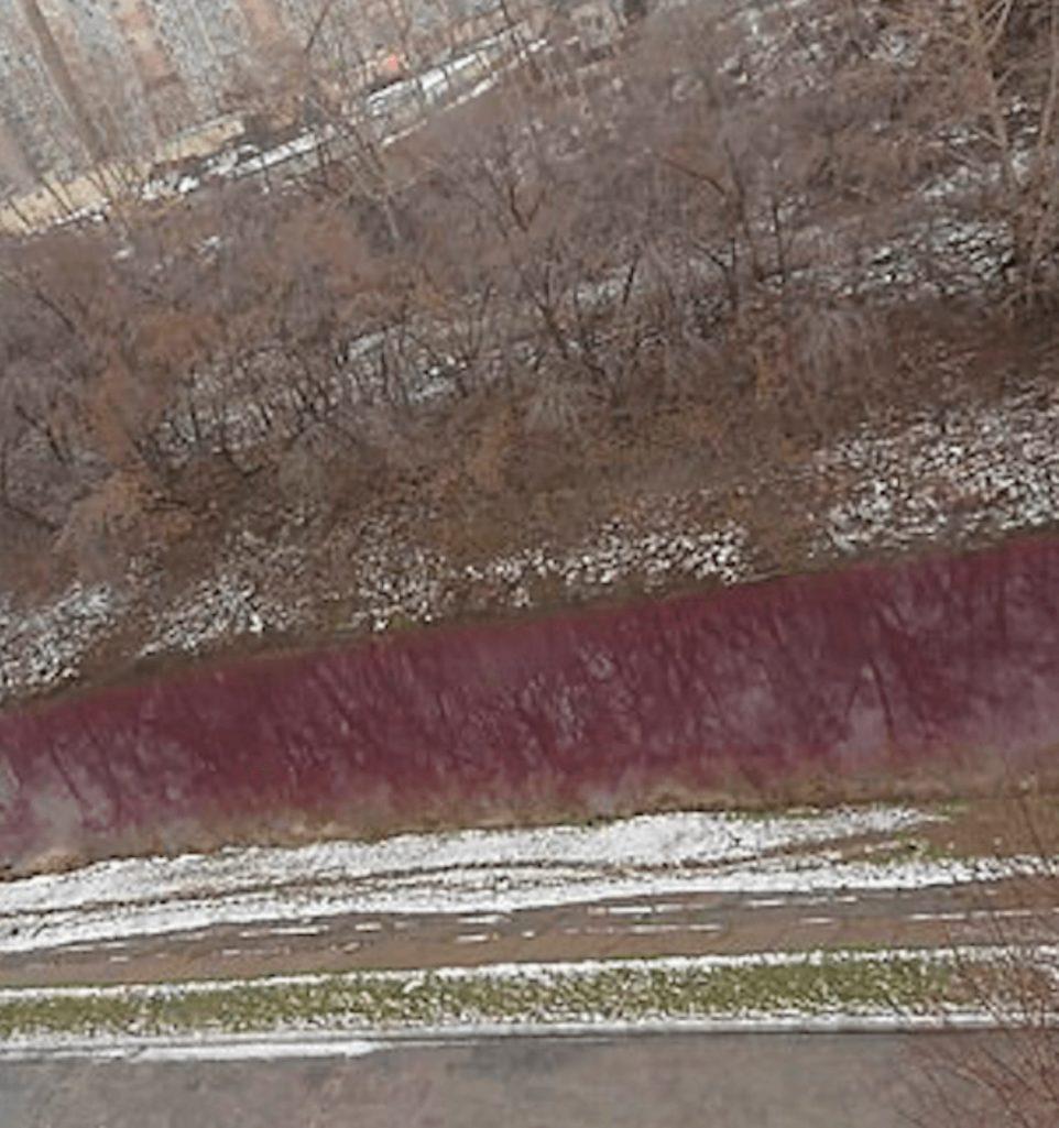 汚染で赤く染まった川