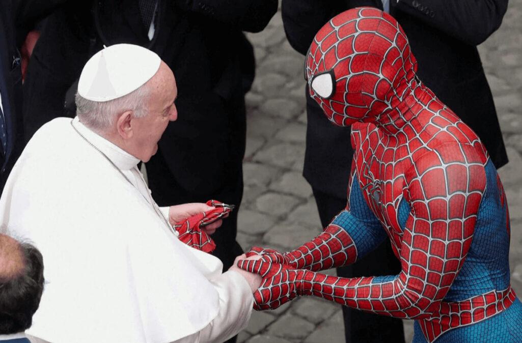 ローマ教皇とスパイダーマンが握手