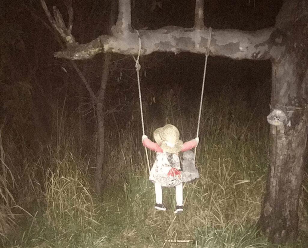 ブランコに乗った呪いの人形の都市伝説