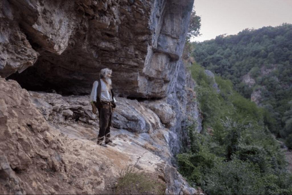 洞窟生活20年の男がワクチン接種