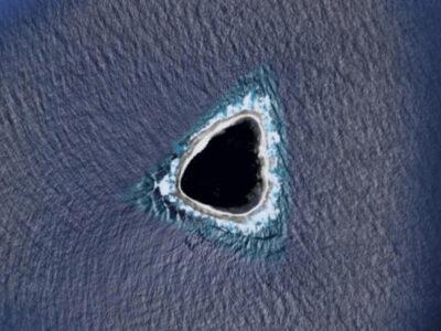Google Mapに三角形の謎の島を発見